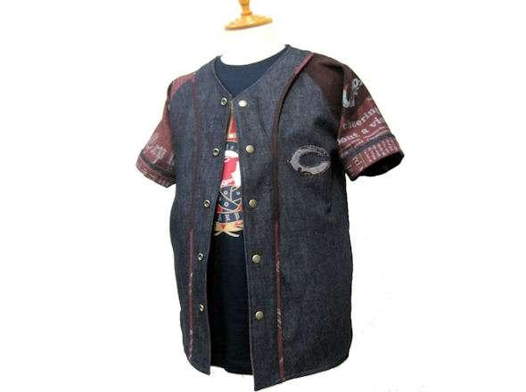 サルト×カープ 英字新聞プリントデニムユニフォームシャツ
